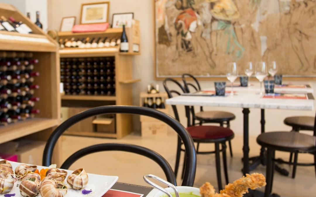 La grenouille dans le verre et l'assiette au bar à vin